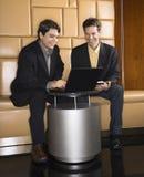 Hombres de negocios con la computadora portátil. fotografía de archivo
