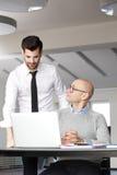 Hombres de negocios con la computadora portátil Imagen de archivo