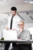 Hombres de negocios con la computadora portátil Fotografía de archivo