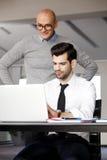 Hombres de negocios con la computadora portátil Fotos de archivo