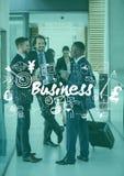 Hombres de negocios con la maleta detrás de los garabatos blancos del negocio y de la capa verde Fotografía de archivo libre de regalías