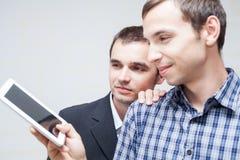 Hombres de negocios con la tableta digital Fotografía de archivo libre de regalías