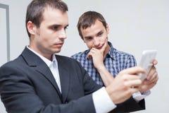 Hombres de negocios con la tableta digital Imagen de archivo libre de regalías