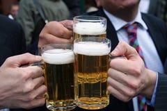 Hombres de negocios con las cervezas Imágenes de archivo libres de regalías