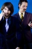 Hombres de negocios con los teléfonos celulares fotografía de archivo
