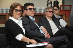 Hombres de negocios con los vidrios 3d en la exposición y la feria profesional Imágenes de archivo libres de regalías