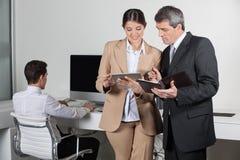 Hombres de negocios con PC de la tablilla Imagen de archivo libre de regalías