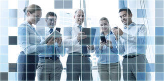 Hombres de negocios con PC y smartphones de la tableta Fotos de archivo libres de regalías