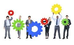 Hombres de negocios con símbolo colorido del engranaje Imagenes de archivo