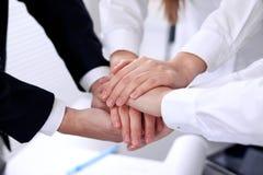 Hombres de negocios con sus manos junto en un círculo foto de archivo libre de regalías