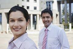 Hombres de negocios confiados que colocan el edificio exterior Imagen de archivo