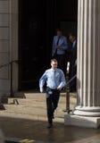 Hombres de negocios corridos hacia fuera de las puertas del Banco de Inglaterra Fotos de archivo