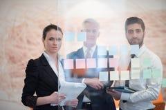 Hombres de negocios creativos jovenes con el CEO mayor Imagen de archivo libre de regalías