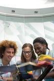 Hombres de negocios creativos que miran la tableta digital Imagen de archivo