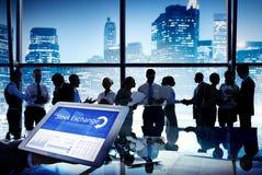 Hombres de negocios de acción de la bolsa de las finanzas del concepto de la reunión Foto de archivo