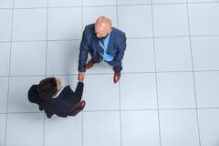Hombres de negocios de Boss Hand Shake Welcome del gesto de la opinión de ángulo superior, hombre de negocios Handshake Fotos de archivo