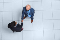 Hombres de negocios de Boss Hand Shake Welcome del gesto de la opinión de ángulo superior, hombre de negocios Handshake Imagen de archivo
