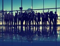 Hombres de negocios de la celebración de la silueta del éxito del concepto del paisaje urbano Imágenes de archivo libres de regalías