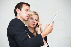 Hombres de negocios de la comunicación móvil Fotos de archivo