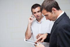 Hombres de negocios de la comunicación móvil Imágenes de archivo libres de regalías