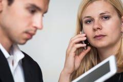 Hombres de negocios de la comunicación móvil Imagen de archivo libre de regalías