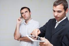 Hombres de negocios de la comunicación móvil Fotografía de archivo