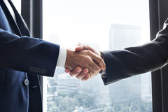 Hombres de negocios de la conexión del saludo del concepto corporativo del apretón de manos imagen de archivo libre de regalías