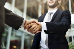 Hombres de negocios de la conexión del saludo del concepto corporativo del apretón de manos fotografía de archivo