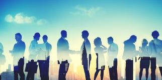 Hombres de negocios de la discusión de la comunicación del concepto del apretón de manos imagen de archivo