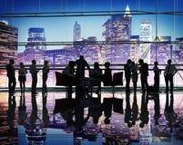 Hombres de negocios de la discusión de la diversidad del trabajo en equipo de la reunión de reflexión concentrado Imagen de archivo libre de regalías