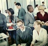 Hombres de negocios de la discusión de trabajo Team Concept de la oficina Imágenes de archivo libres de regalías