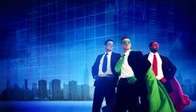 Hombres de negocios de la fuerza del super héroe del paisaje urbano de la bolsa de acción concentrada Imagen de archivo