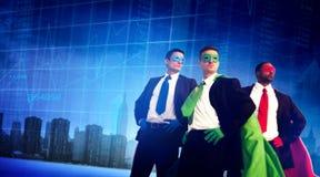 Hombres de negocios de la fuerza del super héroe del paisaje urbano de la bolsa de acción concentrada Imagen de archivo libre de regalías