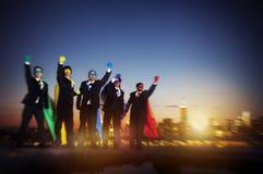 Hombres de negocios de la fuerza del super héroe del paisaje urbano del concepto de Cloudscape Imagen de archivo libre de regalías