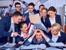Hombres de negocios de la oficina La gente del equipo es infeliz con su líder imagen de archivo