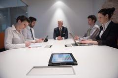 Hombres de negocios de la reunión de reflexión del grupo en la reunión Foto de archivo libre de regalías