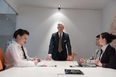 Hombres de negocios de la reunión de reflexión del grupo en la reunión Fotografía de archivo libre de regalías