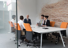 Hombres de negocios de la reunión de reflexión del grupo en la reunión Fotos de archivo libres de regalías