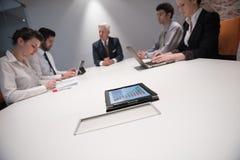 Hombres de negocios de la reunión de reflexión del grupo en la reunión Imagenes de archivo