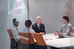 Hombres de negocios de la reunión de reflexión del grupo en la reunión Imágenes de archivo libres de regalías