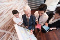 Hombres de negocios de la reunión de reflexión del grupo y notas el llevar flipboar Fotografía de archivo libre de regalías