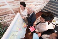 Hombres de negocios de la reunión de reflexión del grupo y notas el llevar flipboar Fotos de archivo