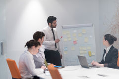 Hombres de negocios de la reunión de reflexión del grupo y notas el llevar la boa del tirón Imágenes de archivo libres de regalías