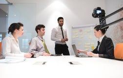 Hombres de negocios de la reunión de reflexión del grupo y notas el llevar la boa del tirón Fotos de archivo