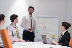Hombres de negocios de la reunión de reflexión del grupo y notas el llevar la boa del tirón Imagenes de archivo