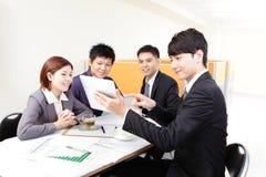 Hombres de negocios de la reunión de grupo con el panel táctil Foto de archivo libre de regalías