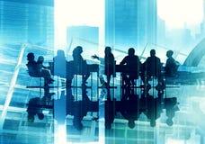 Hombres de negocios de la silueta de funcionamiento de la reunión del concepto de la conferencia Imagen de archivo