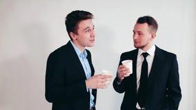 Hombres de negocios de la taza de consumición de café en la sala de reunión almacen de video