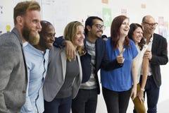 Hombres de negocios de lanzamiento del trabajo en equipo del taller de la cooperación foto de archivo