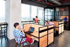 Hombres de negocios de lanzamiento en oficina coworking Fotos de archivo